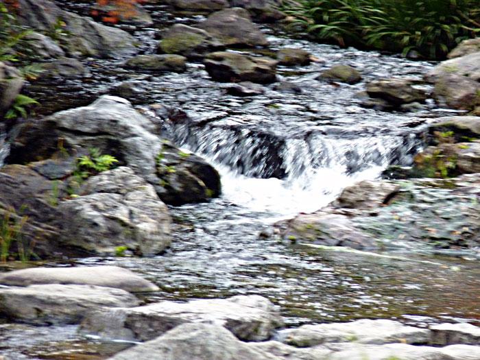 自然の滝と川の景色の拡大写真