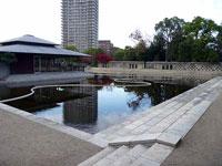 建物と池とビルの風景