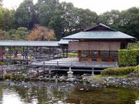 和風の建物と池
