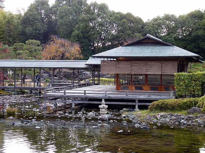 和風の建物と池の拡大写真