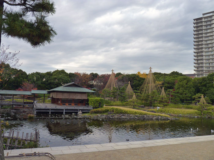 和風の建物と池と植物の庭園風景の拡大写真