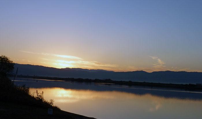 綺麗な夕日と空と山と川の自然風景の拡大写真