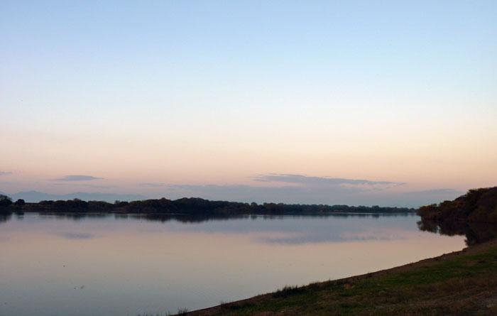 夕暮れの空と川の風景の拡大写真