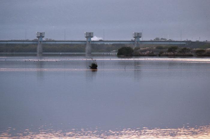 綺麗な川と橋の風景の拡大写真