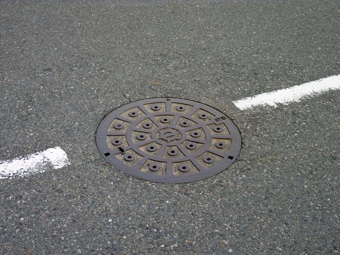 道路のマンホールの拡大写真