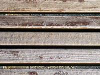 公園のベンチの茶色い板の木目