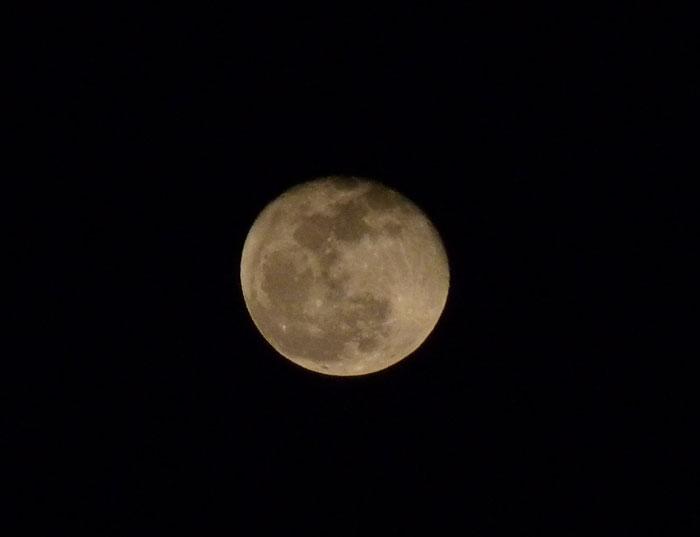 綺麗な満月の拡大写真