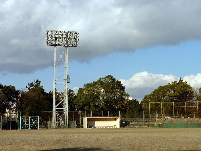野球のグラウンドと照明とベンチの拡大写真