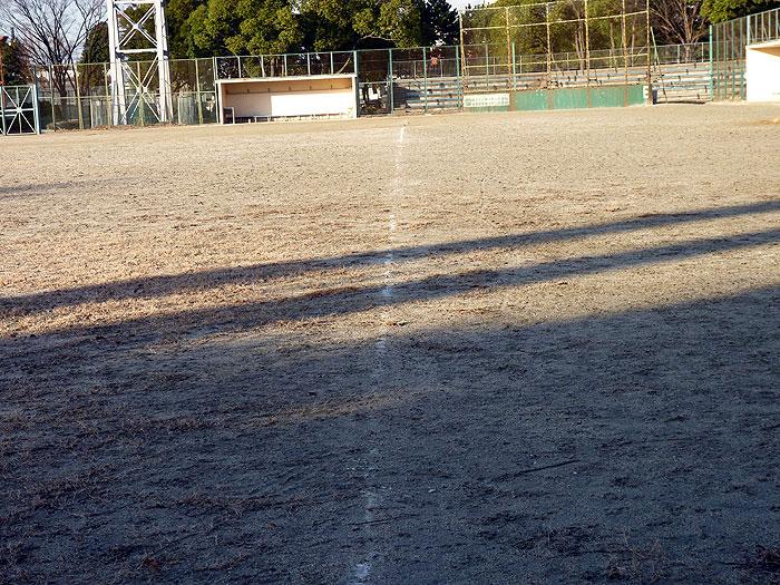 野球のグラウンドと白いラインの跡の拡大写真