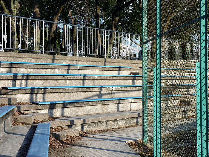 草野球の観客席の拡大写真