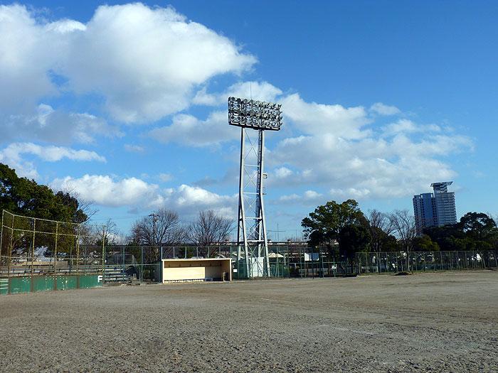 野球のグラウンドと照明と見事な青い空と雲の拡大写真