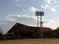 夕日が差し込む野球場と建物