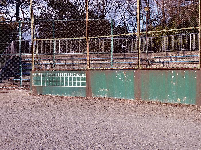 野球のバックネットとスコアボード・観客席の拡大写真