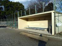 野球場のベンチと観客席とネット