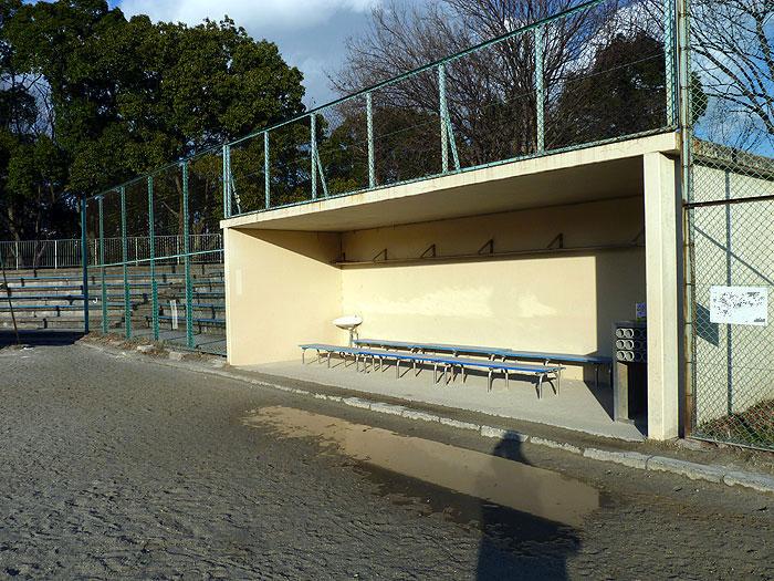 野球場のベンチと観客席とネットの拡大写真