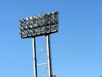 野球場の照明と青い空
