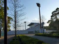 遠くから見たサッカー場と歩道