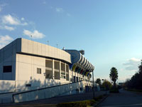 青い空とサッカースタジアムの外観