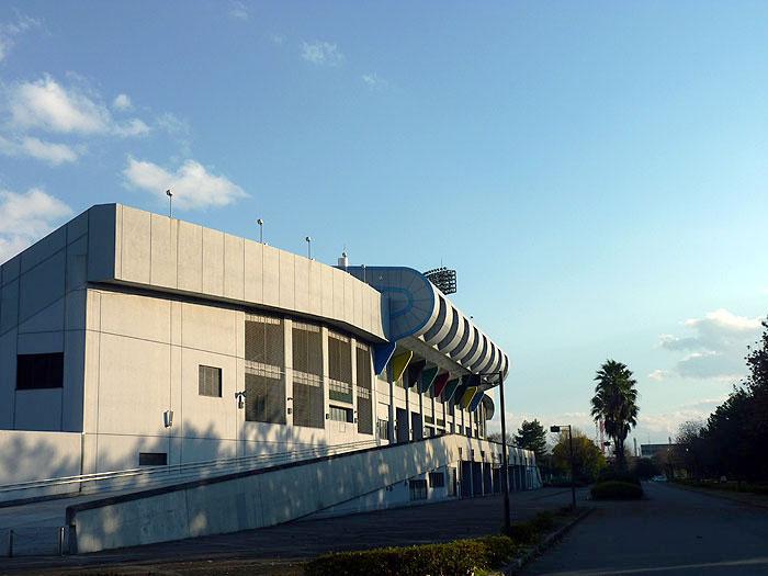 青い空とサッカースタジアムの外観の拡大写真