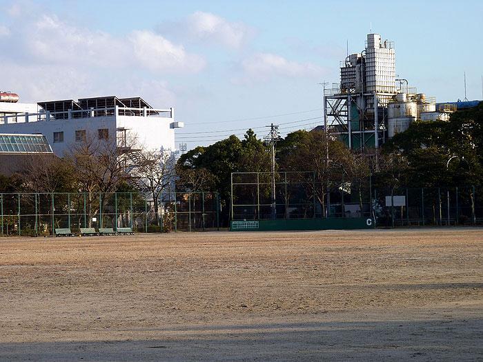 野球場とバックネットと建物の拡大写真
