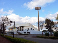 サッカー場(スタジアム)と散歩道の風景