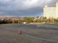サッカーのグラウンドとゴールネットとマンションの景色