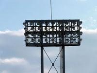 野球場の証明と白い雲
