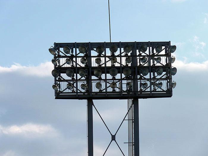野球場の証明と白い雲の拡大写真