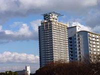高層マンション2棟と雨雲