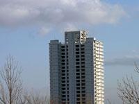 白い高層マンションと青い空