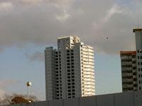高層マンションと空を覆う灰色の雲