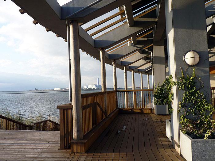 綺麗な木造建物ののバルコニーと海の風景の拡大写真