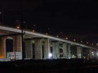 ライトあぷされた橋梁の夜景