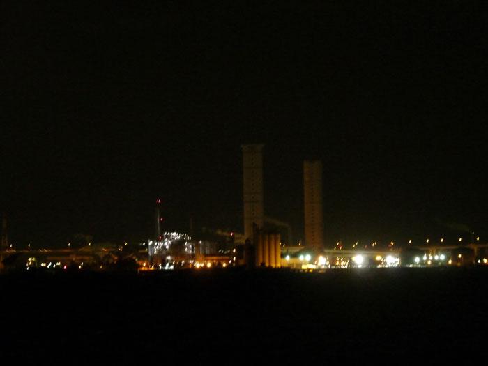 夜景(町の煙突と明かり)の拡大写真