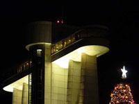 ライトアップされた建物とクリスマスツリーの星