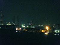 海と橋と町の夜景