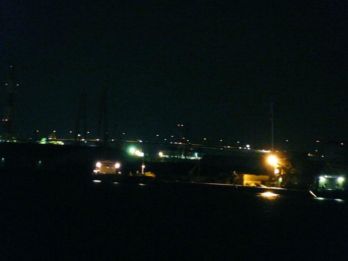 海と橋と町の夜景の拡大写真