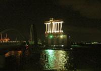 ライトアップされた建物と橋と海の夜景