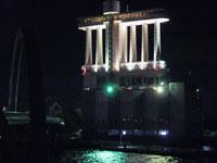 ライトアップされた建物と橋と海の夜景その2