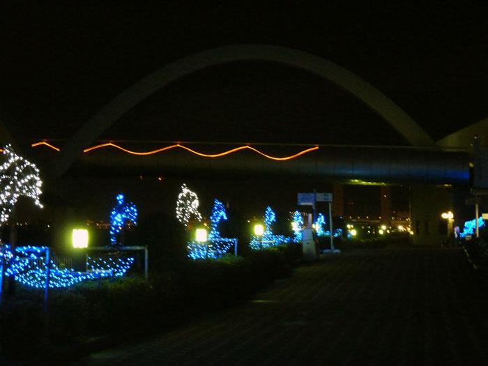 散歩道と橋ときれいなイルミネーションの拡大写真