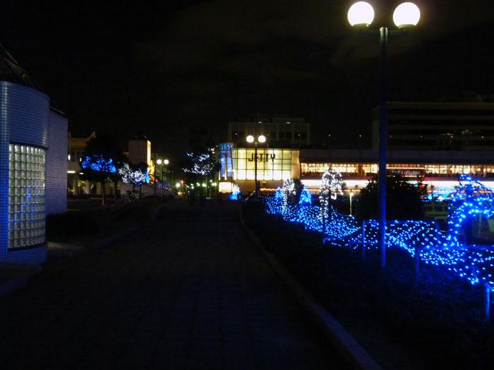 散歩道と青く綺麗なイルミネーションの拡大写真