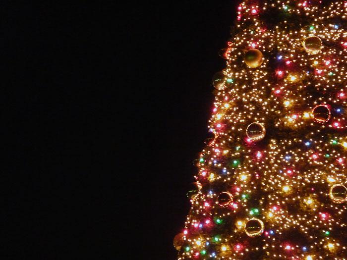宝石のように綺麗なイルミネーションのクリスマスツリーの拡大写真