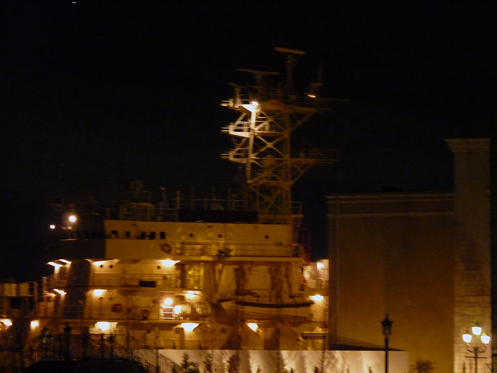 ライトアップされた綺麗な船の拡大写真
