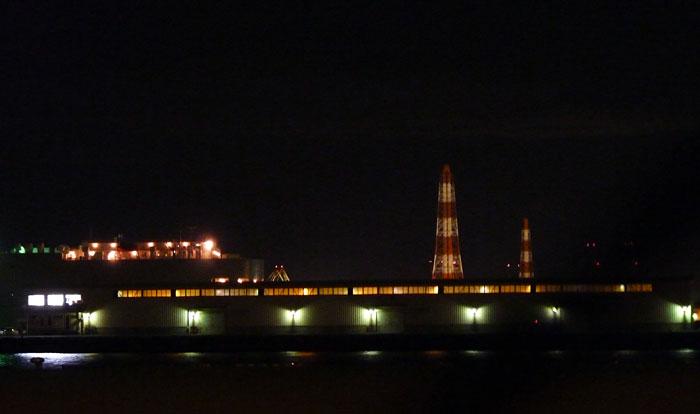 工場の明かりと夜景の拡大写真