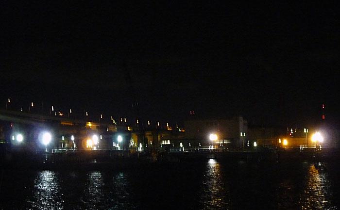 夜景(橋と町の明かりと海)その2の拡大写真