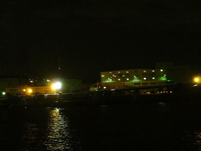 工場の明かりと海の夜景その2の拡大写真