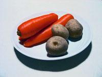 ニンジン3本とジャガイモ3個と白いお皿