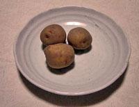 ジャガイモ3個と白いお皿その2